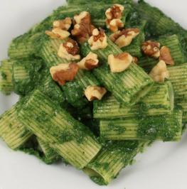Rigatoni al pesto di spinaci.